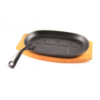Pan serving cast iron on wooden pad